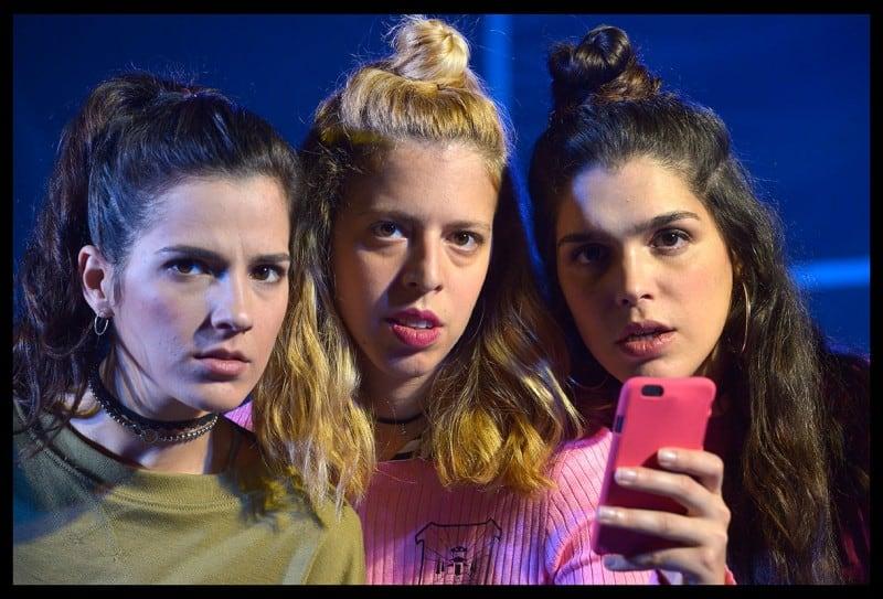 שלוש נערות וטלפון